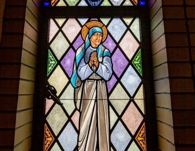 Click on the image above to take a self-guided tour of the stained glass windows at Resurrection Church.