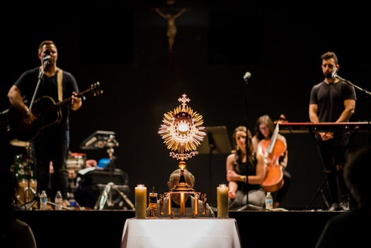 Band in front of the Eucharist exposed on an altar