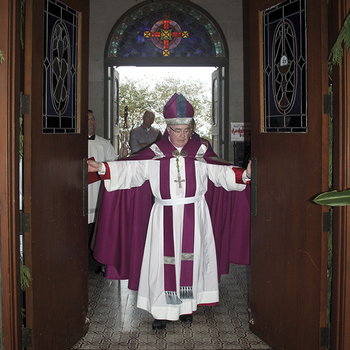 Bishop opens Holy Door to the Year of Mercy