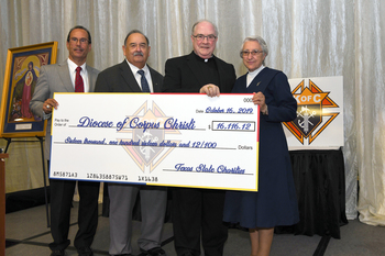Parishioners and knights thank clergy and religious at annual banquet