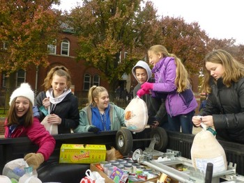 Student Council Delivers Thanksgiving Baskets to Detroit