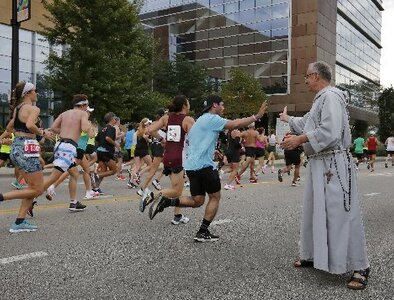Chicago auxiliary bishop joins cheering section for city's annual marathon
