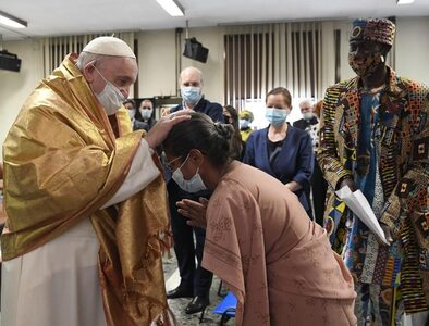 Pope Francis encourages Vatican journalists to always set out in search of the truth