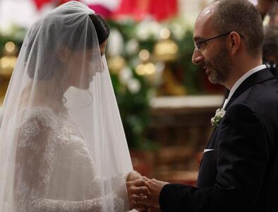 Pope urges prayers for engaged couples during month of June