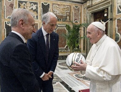 Learn how to find victory in 'losing,' pope tells athletes