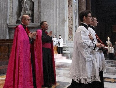 Appealing to need for unity, pope restores limits on pre-Vatican II Mass