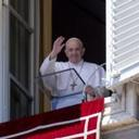 In times of trial, never surrender to despair, pope says at Angelus