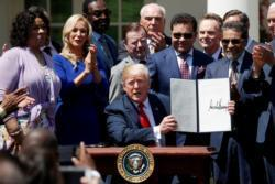 Trump signs order to give faith groups stronger voice in government