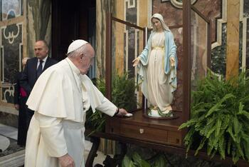 Pope blesses statue of Our Lady of the Miraculous Medal